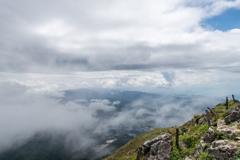 山頂で晴れ間が見える時(夏の伊吹山より)