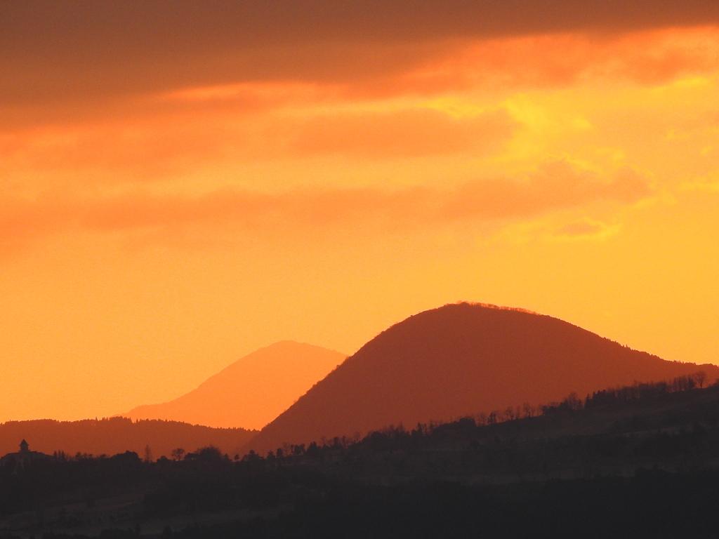 夕焼けに霞む山々