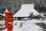 郵便ポストとかやぶき屋根のお家