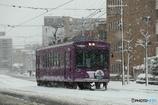 雪の中を走る嵐電