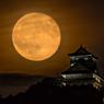 きょうの月と城