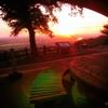 夕日に染まる最上川が見えるベンチにて