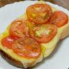 夏の朝のトマトチーズトースト