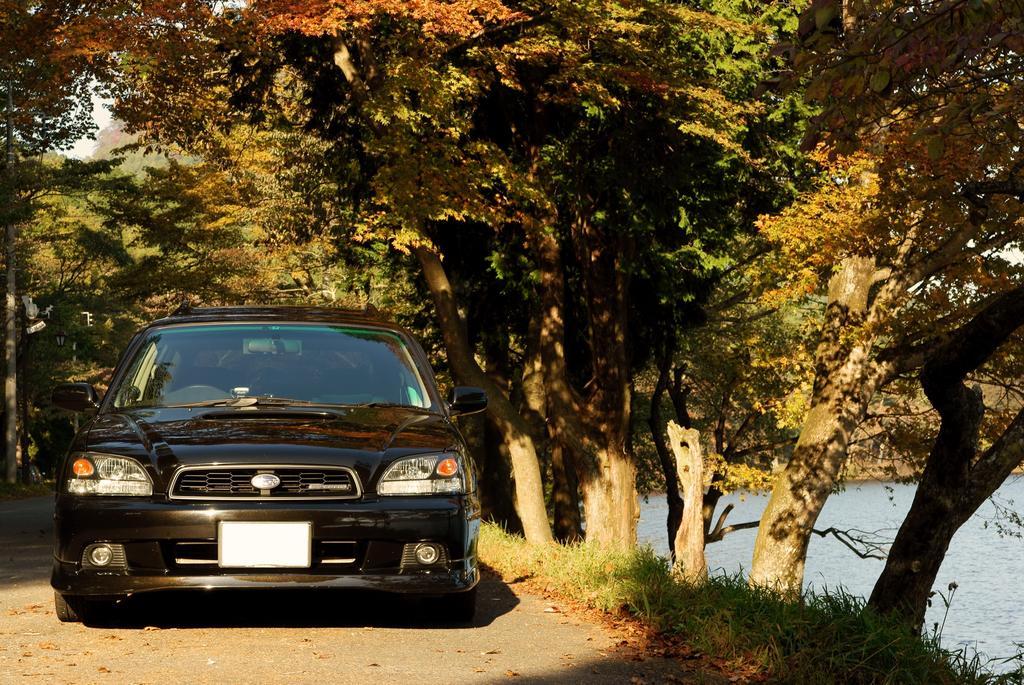 秋深まる湖畔にて