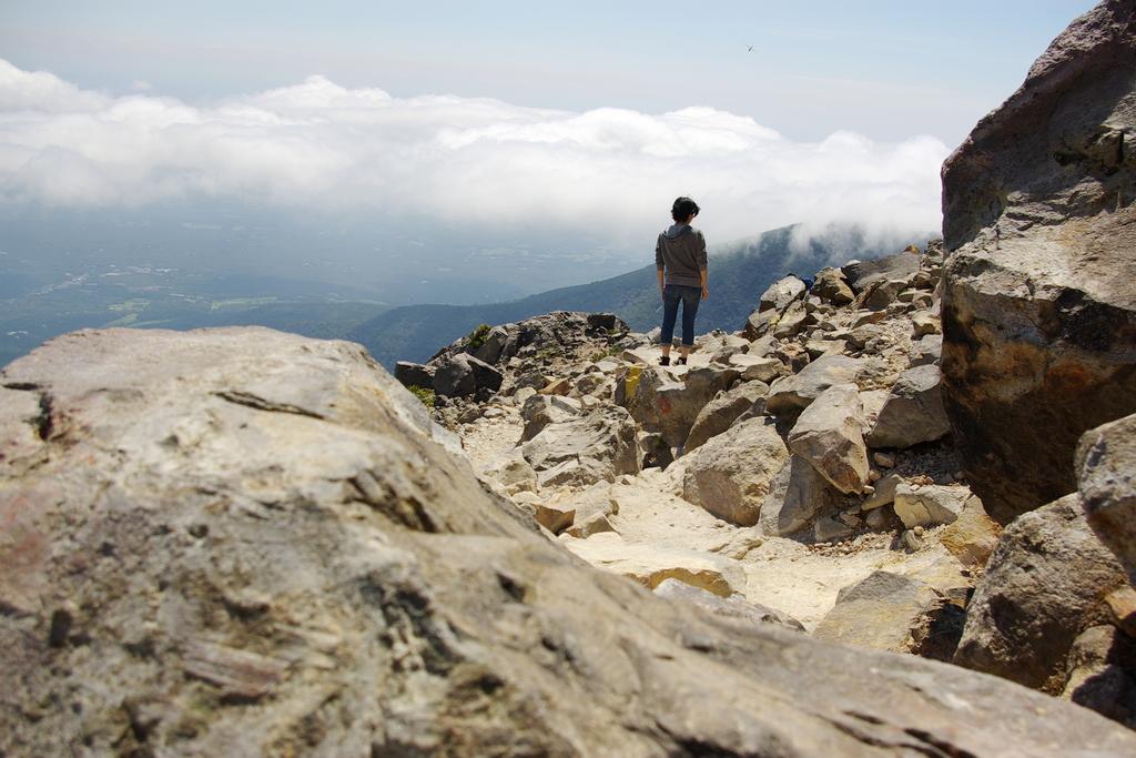 岩山に立つ女は