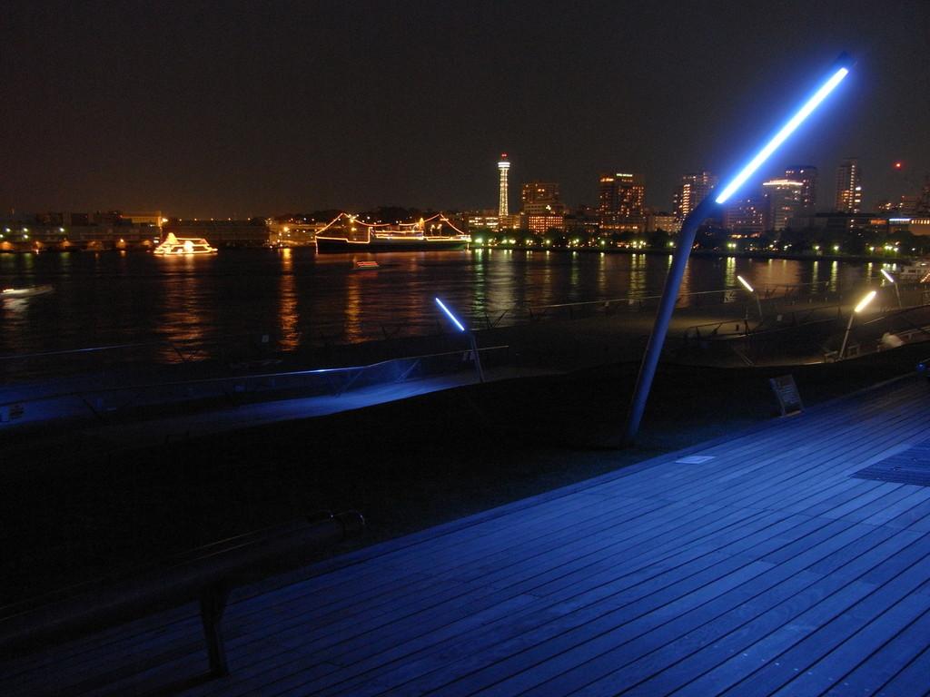 大桟橋から望む氷川丸とマリンタワー