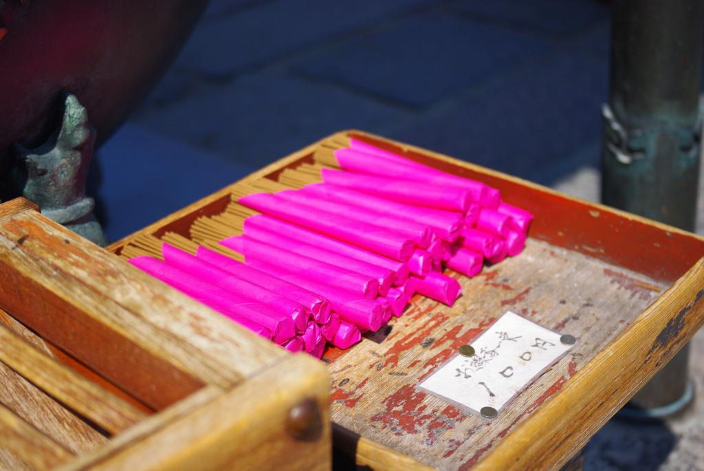ピンクがまぶしいお線香