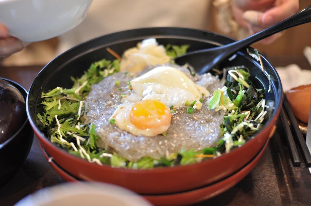江ノ島の生シラス丼とビール