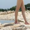入り江の岩場に咲く美脚
