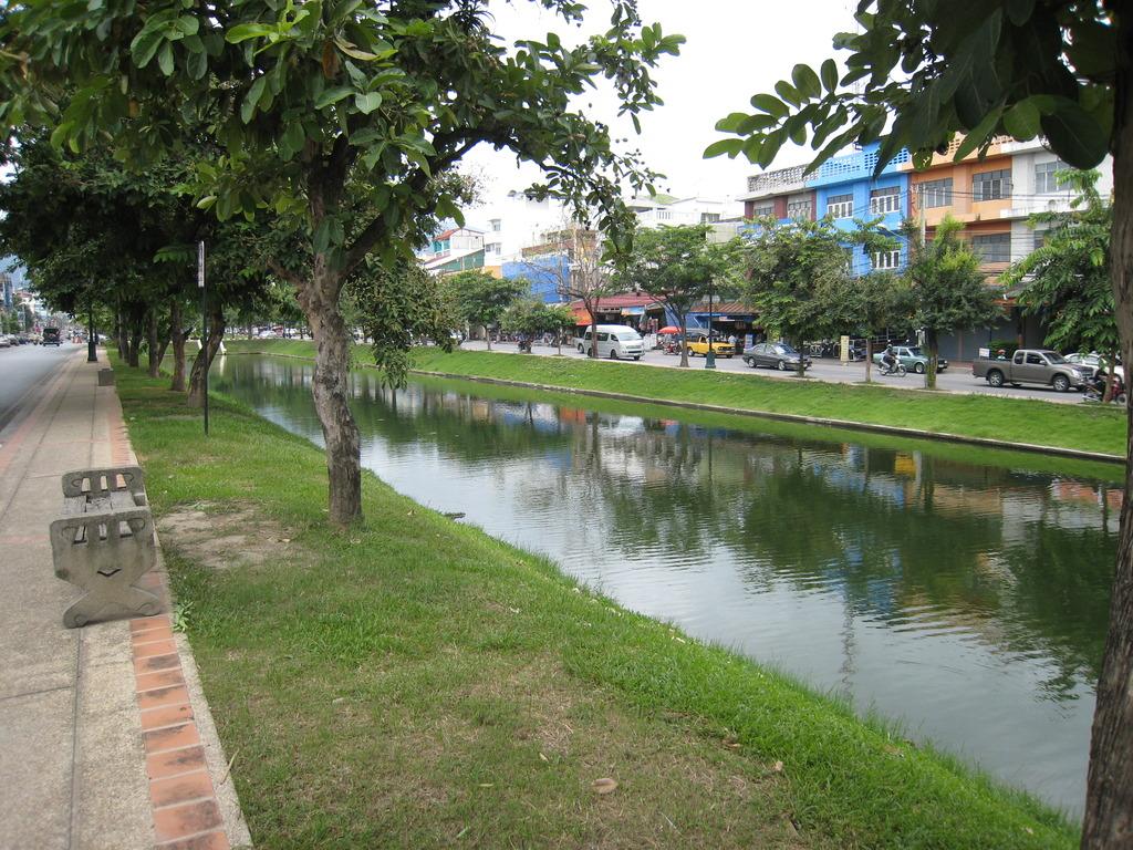 この川で泳いではいけません