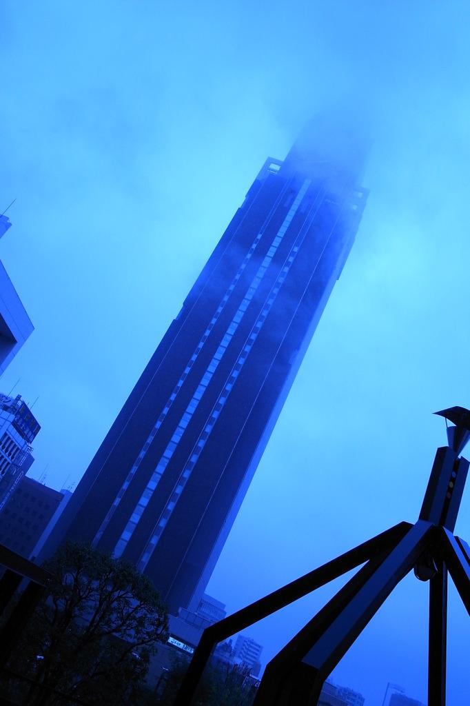 雨のドコモタワー