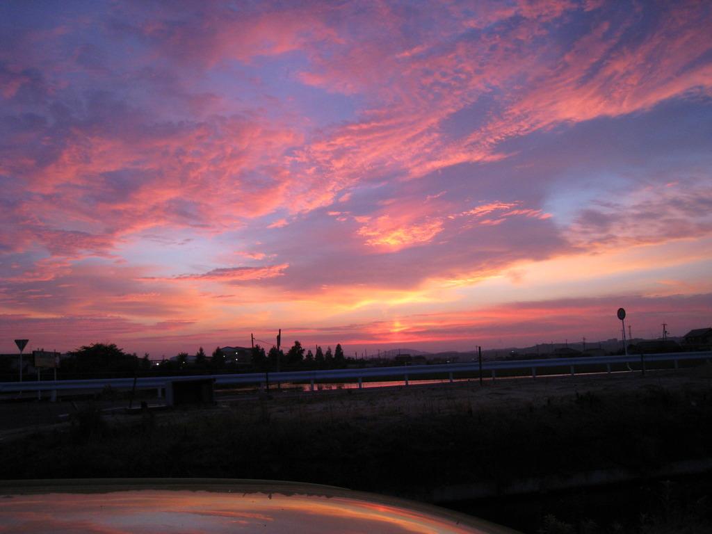 屋根越しに夕焼け雲