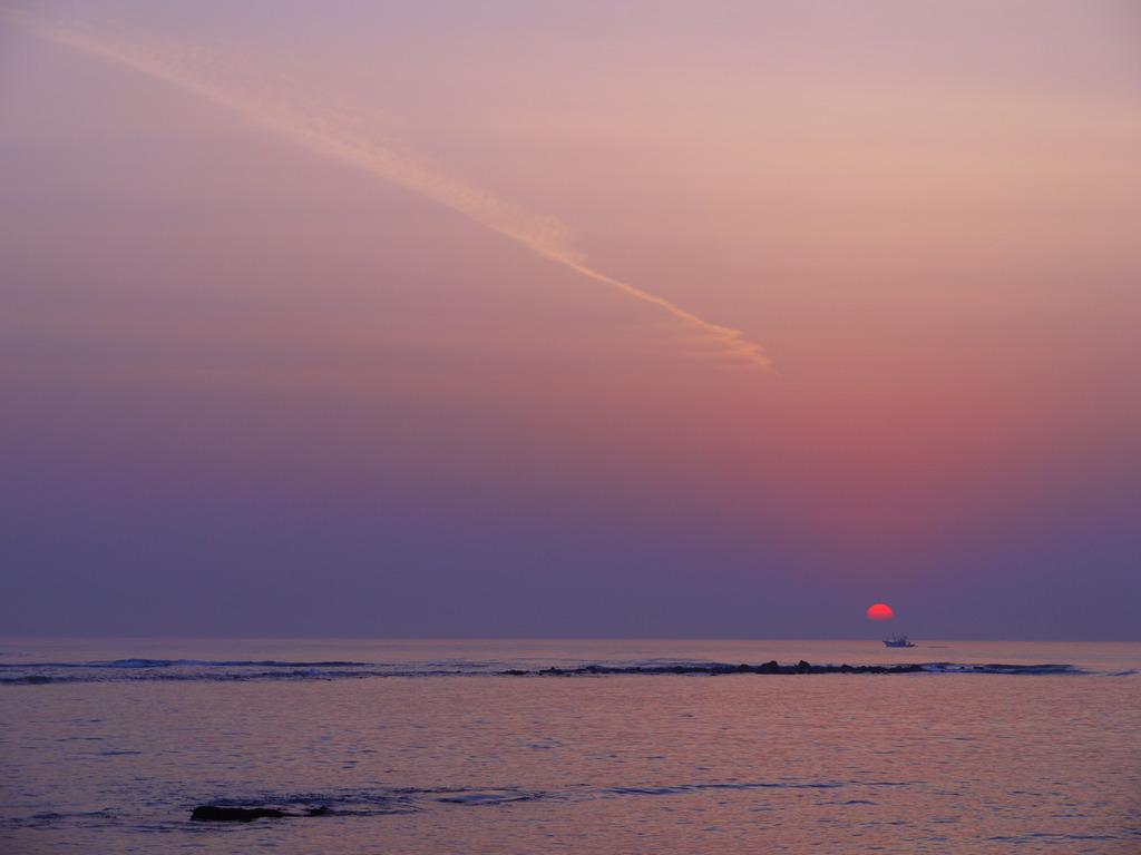 波と朝日と飛行機雲と I