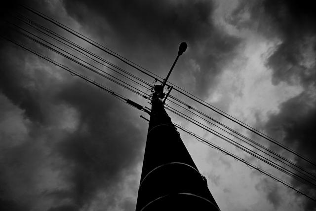 雲と電信柱。