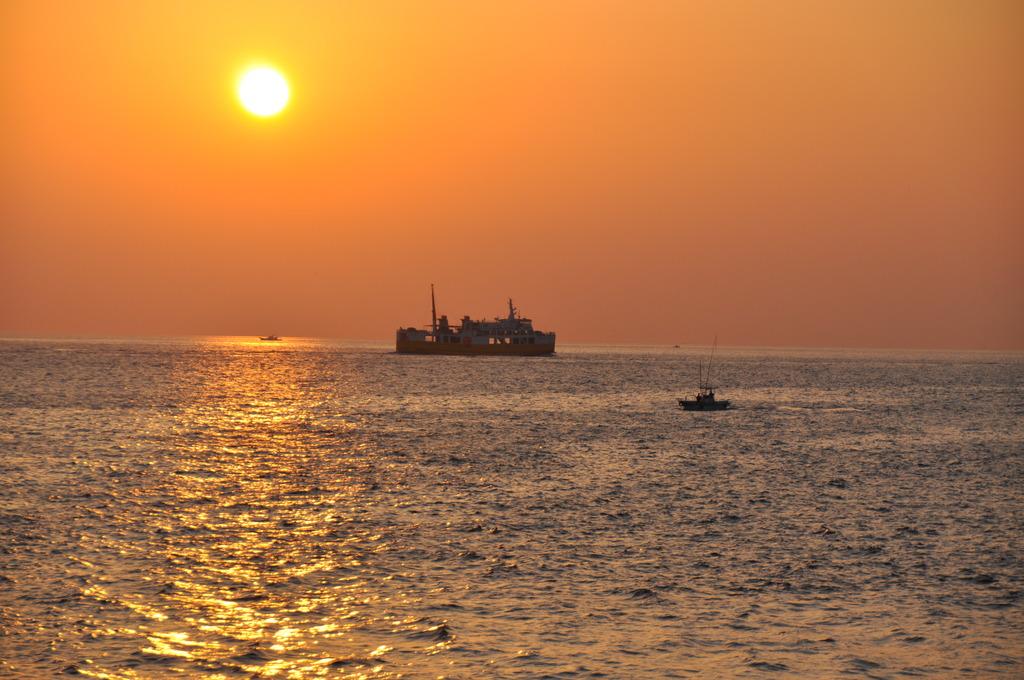 お船と夕焼け