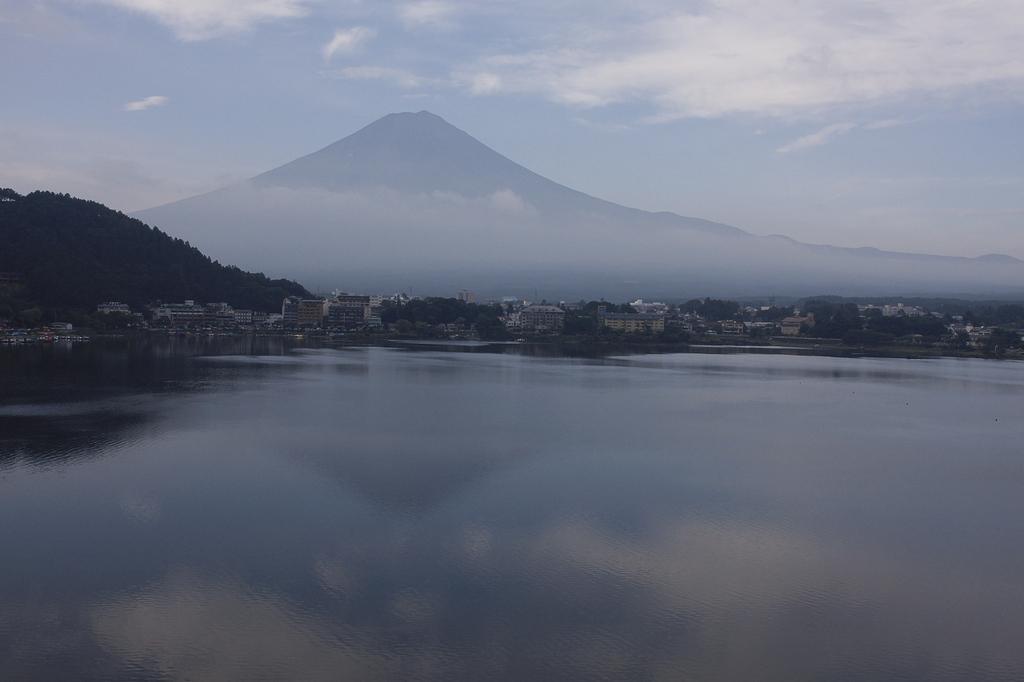 河口湖畔 朝の逆さ富士