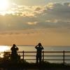 オホーツクの夕日を撮影する人