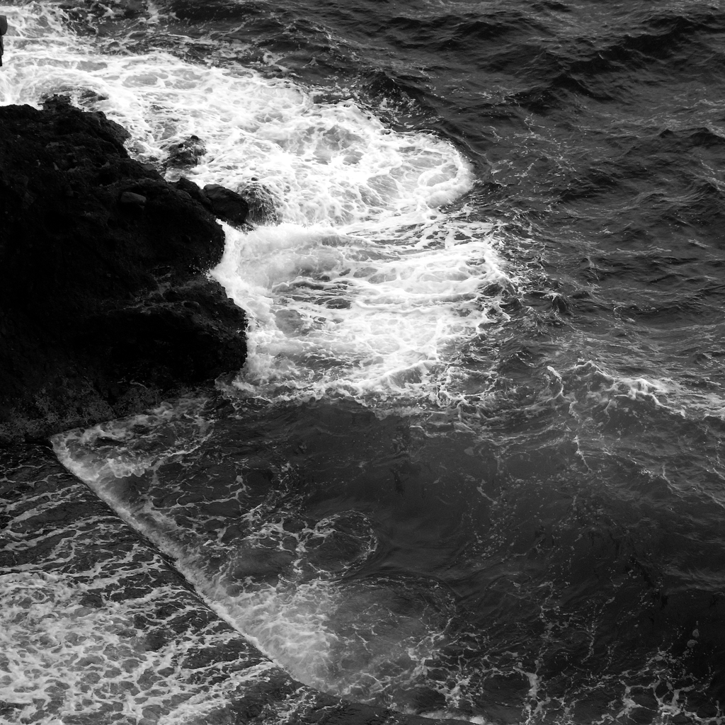 打ち寄せる白波