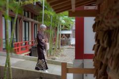 La madame en kimono que se balader calme